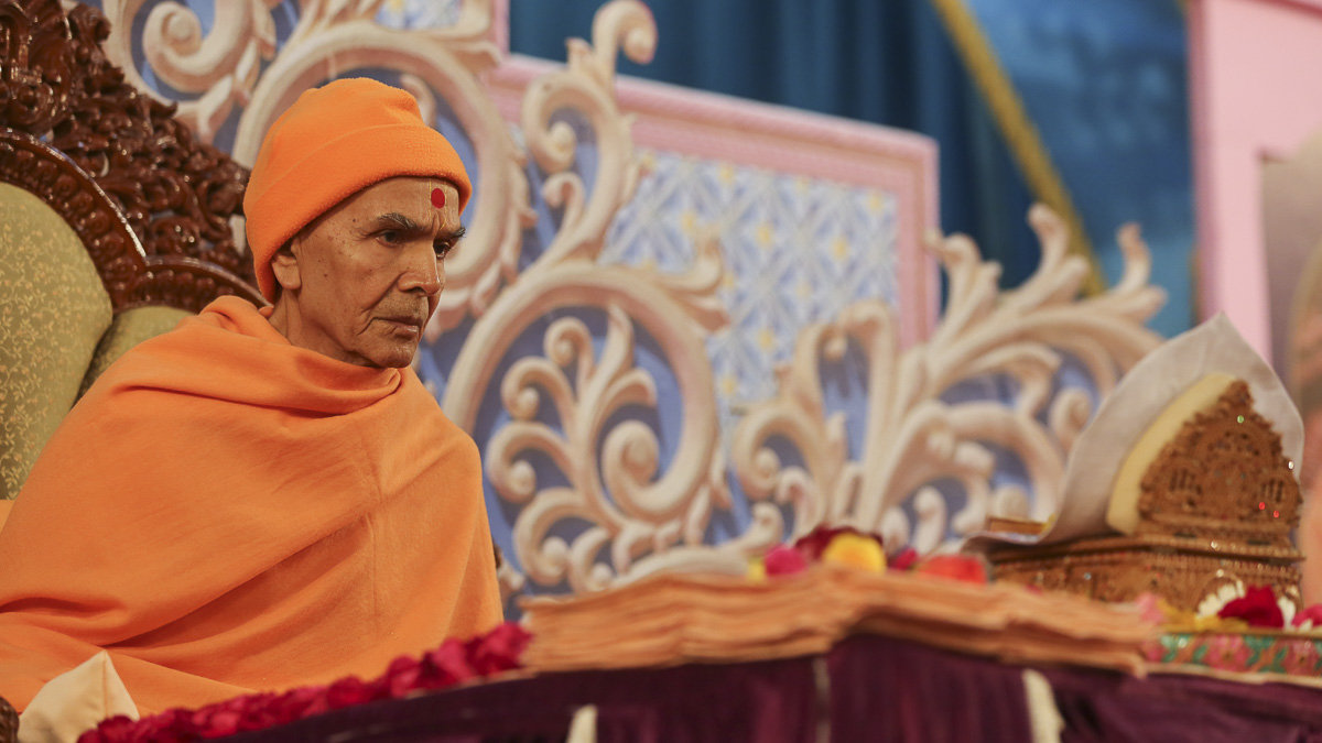 Param Pujya Mahant Swami Maharaj performs his morning puja, 10 Feb 2017