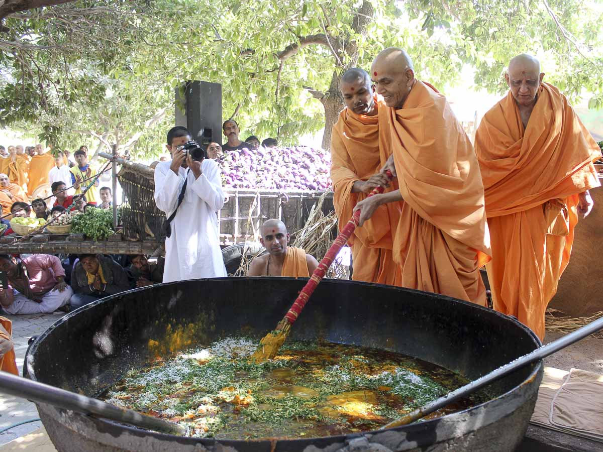 Param Pujya Mahant Swami Maharaj stirs the shak mixture, 10 Feb 2017