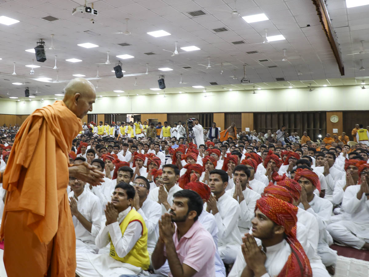 Chhatralaya youths doing darshan of Param Pujya Mahant Swami Maharaj, 12 Feb 2017