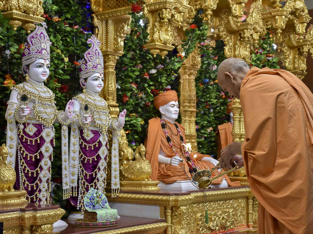 Param Pujya Mahant Swami Maharaj performs evening arti, 12 Feb 2017