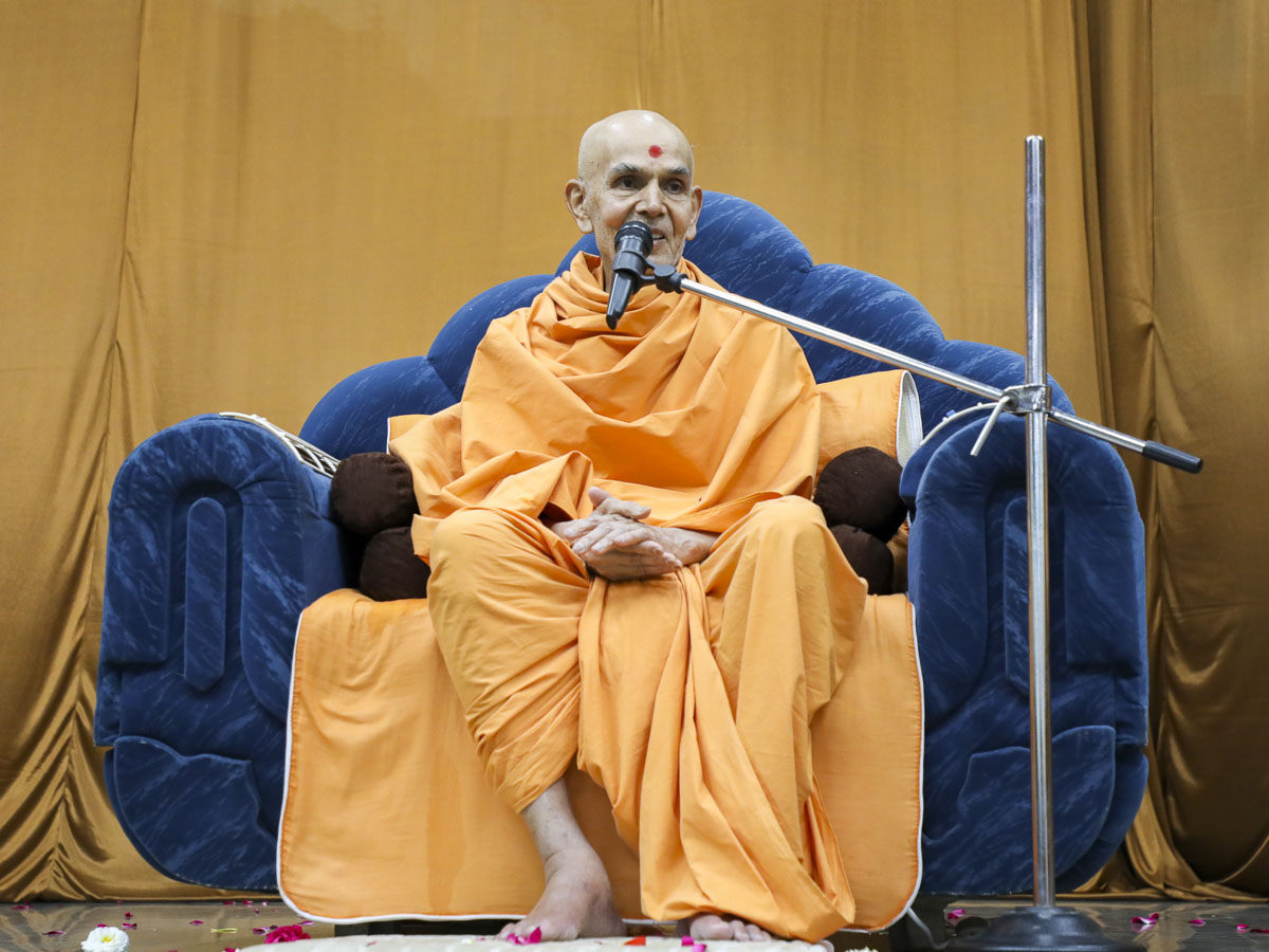 Param Pujya Mahant Swami Maharaj blesses the welcome satsang assembly, 12 Feb 2017