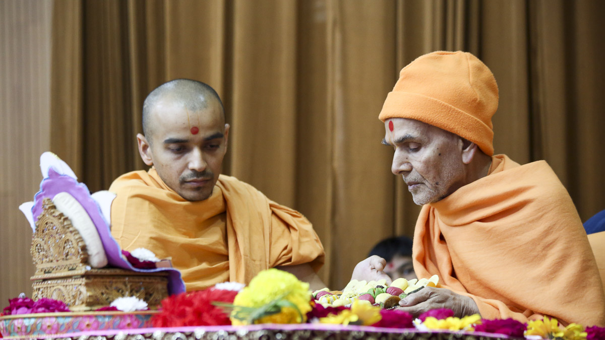 Param Pujya Mahant Swami Maharaj performs his morning puja, 13 Feb 2017