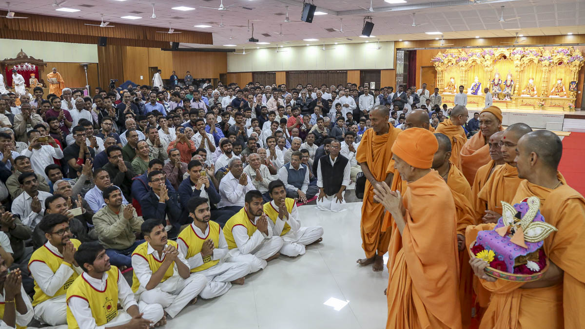 Devotees doing darshan of Param Pujya Mahant Swami Maharaj, 13 Feb 2017