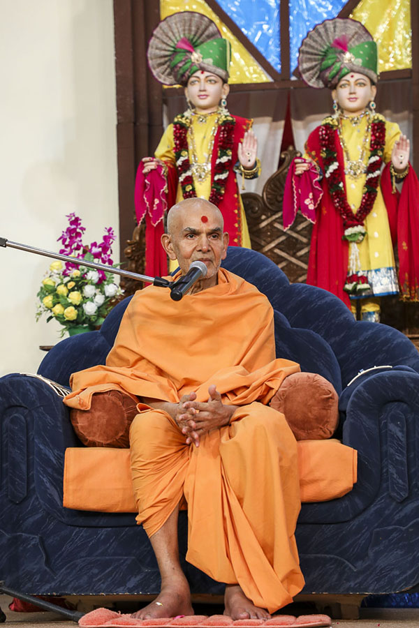 Param Pujya Mahant Swami Maharaj blesses the evening assembly, 13 Feb 2017