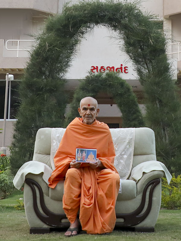 Param Pujya Mahant Swami Maharaj seated in the chhatralaya grounds, 14 Feb 2017