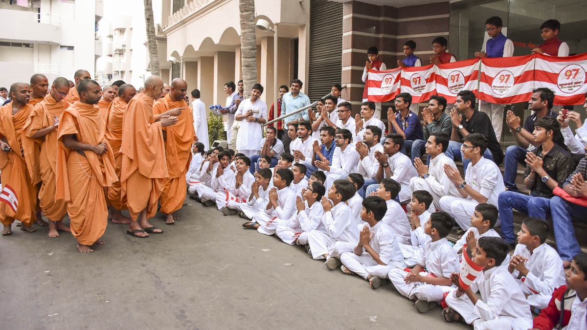 Param Pujya Mahant Swami Maharaj blesses children and youths, 14 Feb 2017