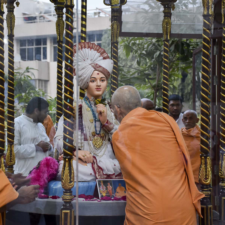 Param Pujya Mahant Swami Maharaj engrossed in darshan of Thakorji, 14 Feb 2017