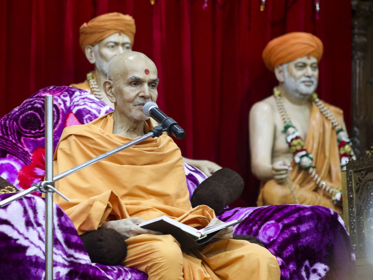 Param Pujya Mahant Swami Maharaj blesses the evening satsang assembly, 14 Feb 2017