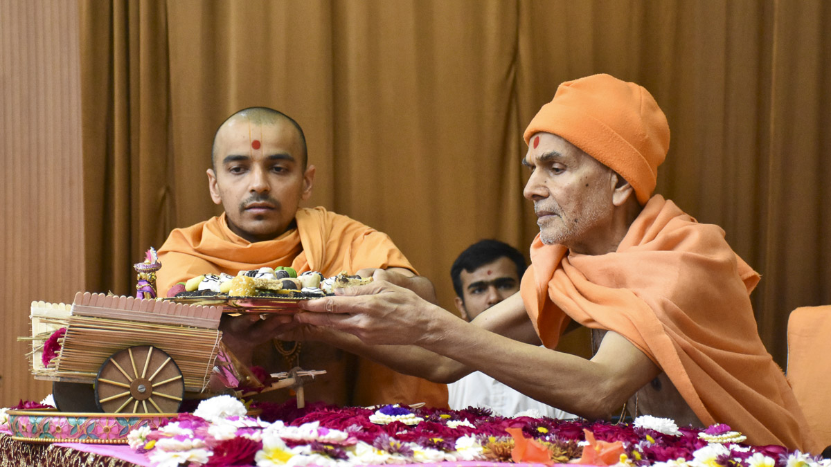 Param Pujya Mahant Swami Maharaj performs his morning puja, 15 Feb 2017