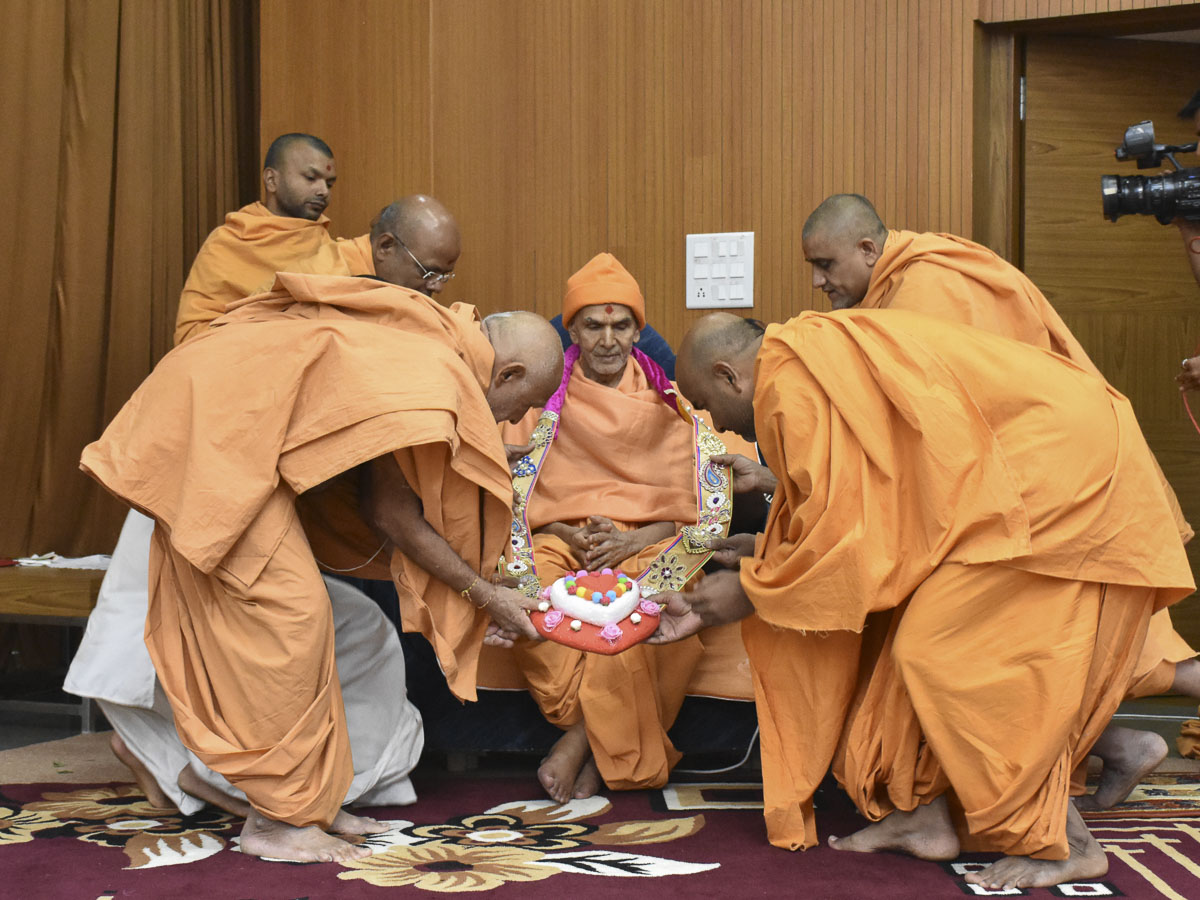 Sadhus honor Param Pujya Mahant Swami Maharaj with a garland, 15 Feb 2017