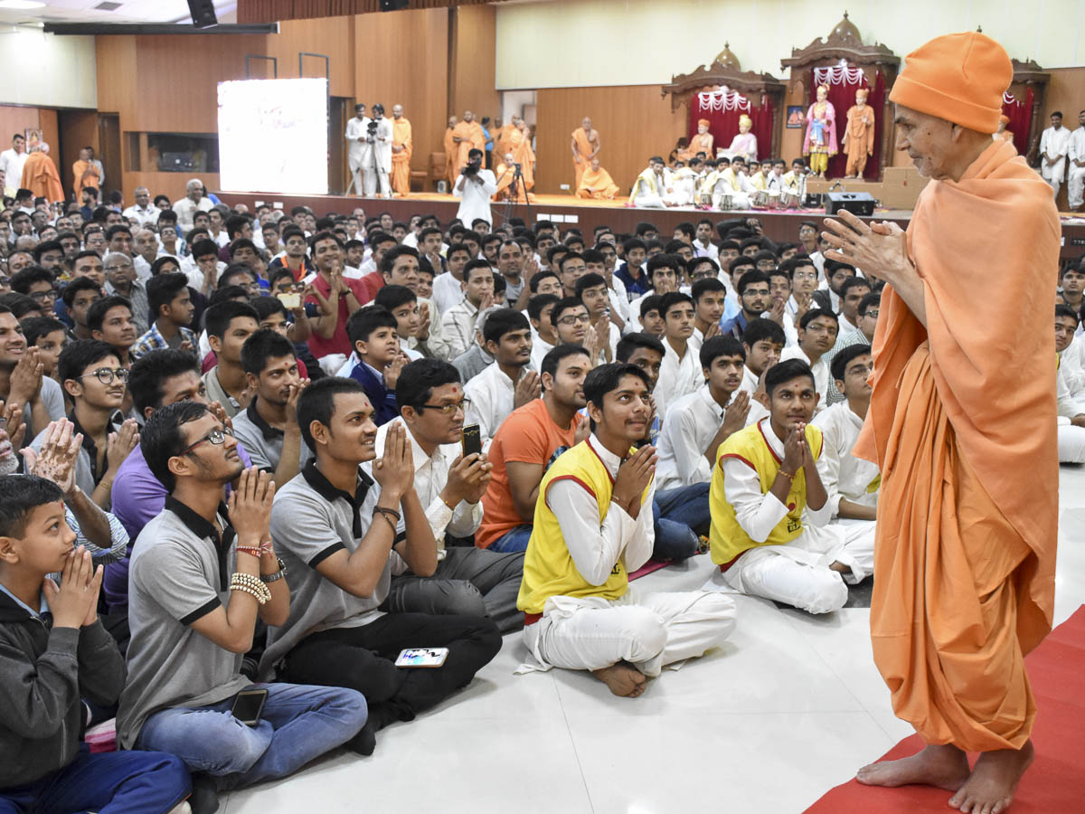Youths doing darshan of Param Pujya Mahant Swami Maharaj, 15 Feb 2017