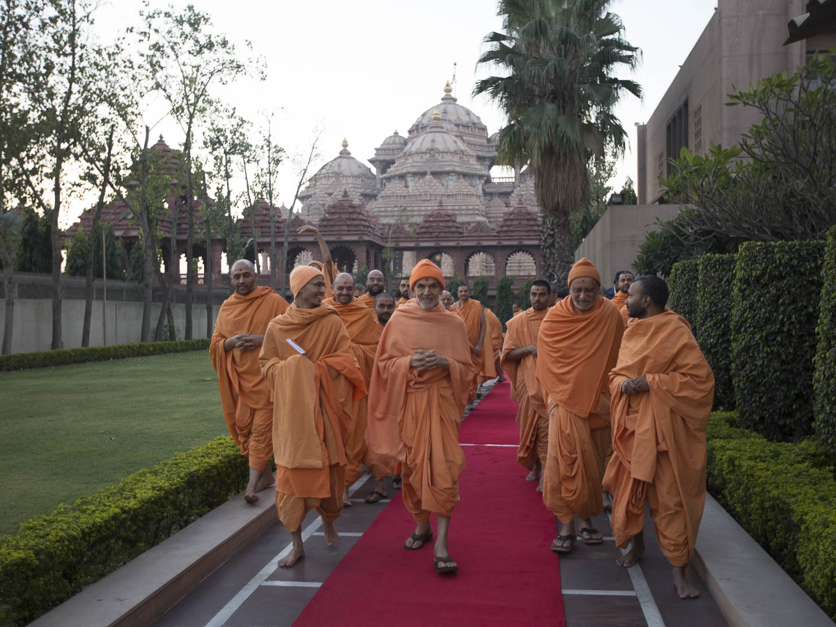 Param Pujya Mahant Swami Maharaj on his way for Thakorji's darshan, 23 Feb 2017