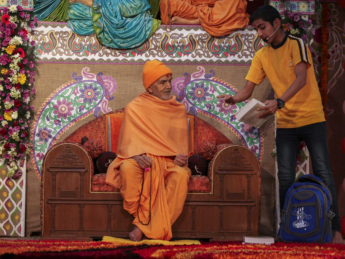 A child converses with Param Pujya Mahant Swami Maharaj, 23 Feb 2017