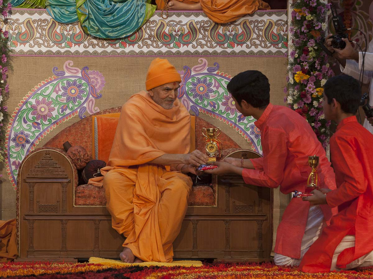 Param Pujya Mahant Swami Maharaj presents trophies to balaks, 23 Feb 2017