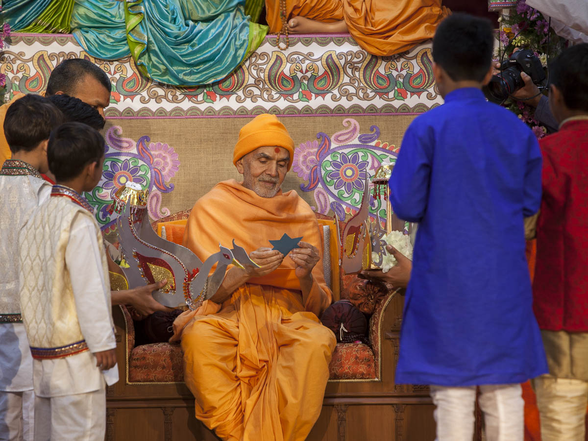 Param Pujya Mahant Swami Maharaj interacts with the children, 23 Feb 2017