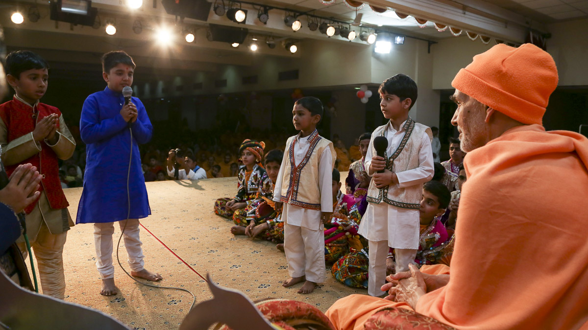 Param Pujya Mahant Swami Maharaj converses with the children, 23 Feb 2017