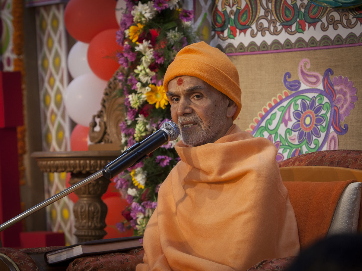Param Pujya Mahant Swami Maharaj blesses the assembly, 23 Feb 2017