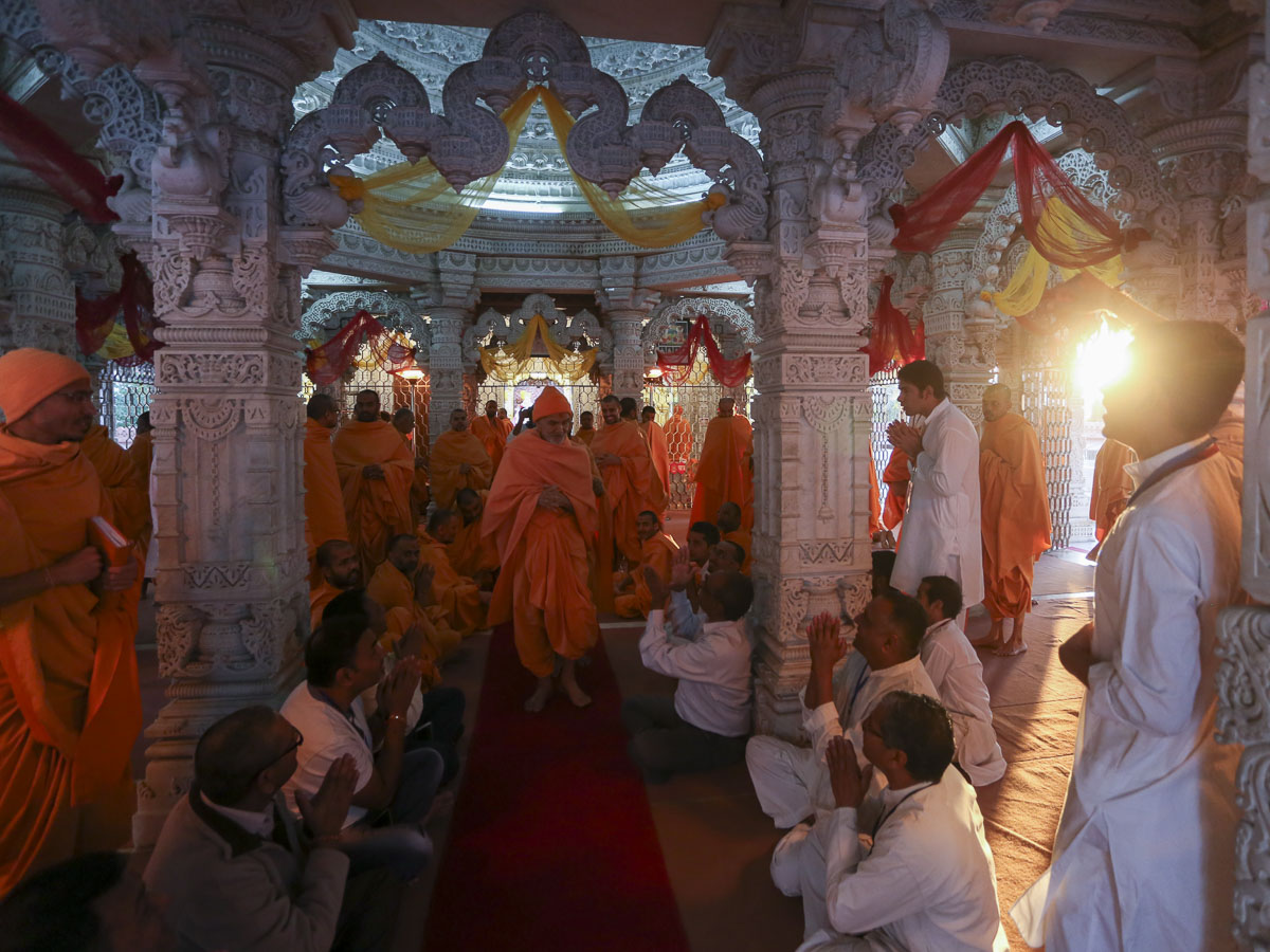 Devotees doing darshan of Param Pujya Mahant Swami Maharaj, 24 Feb 2017