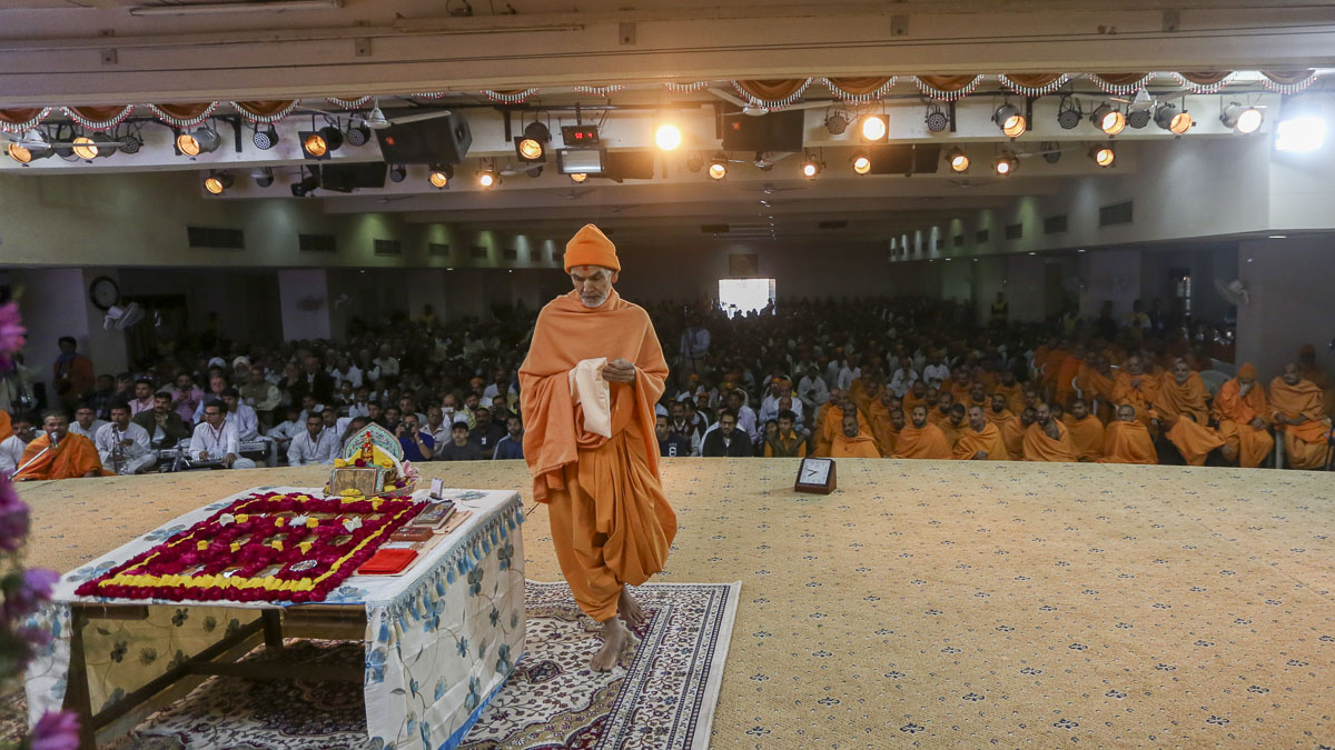 Param Pujya Mahant Swami Maharaj performs his morning puja, 24 Feb 2017