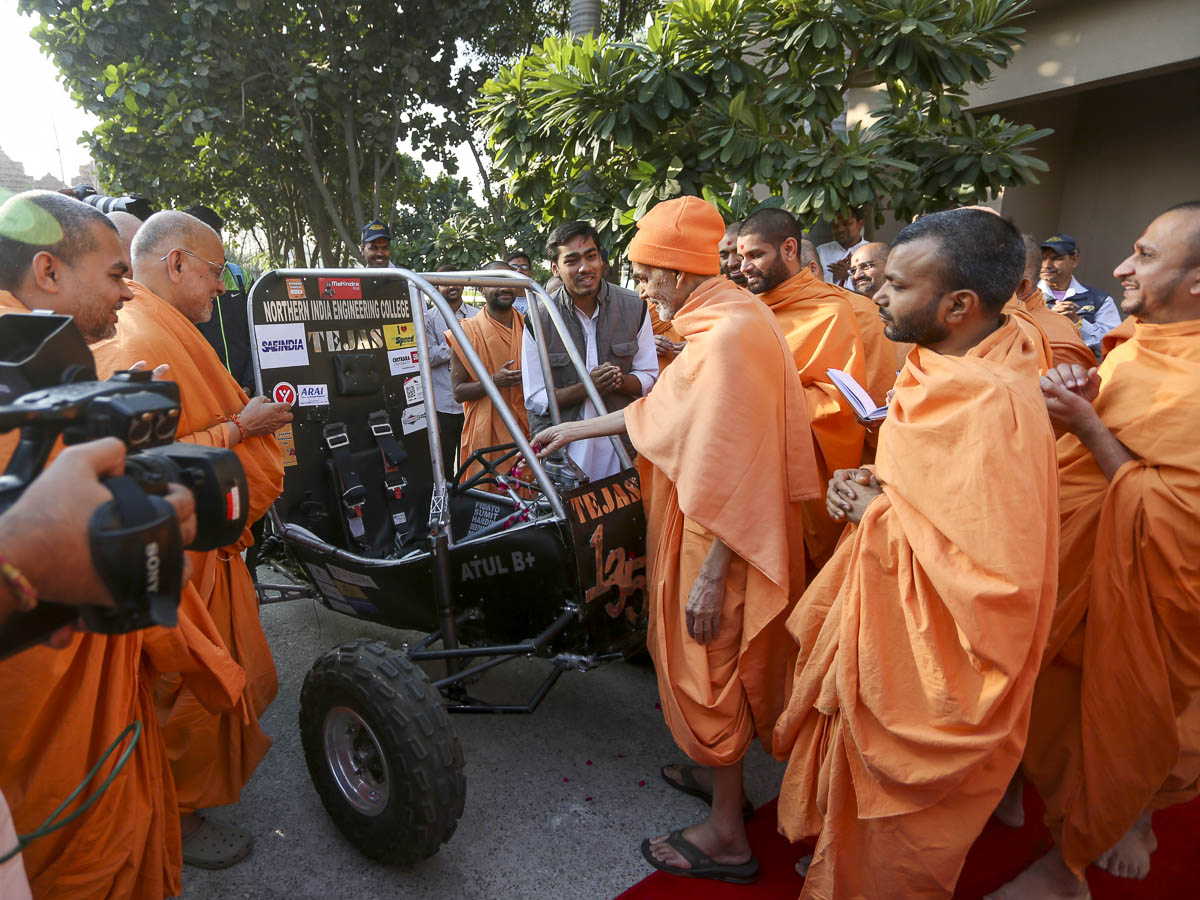 Param Pujya Mahant Swami Maharaj sanctifies a cart created by a satsangi, 24 Feb 2017
