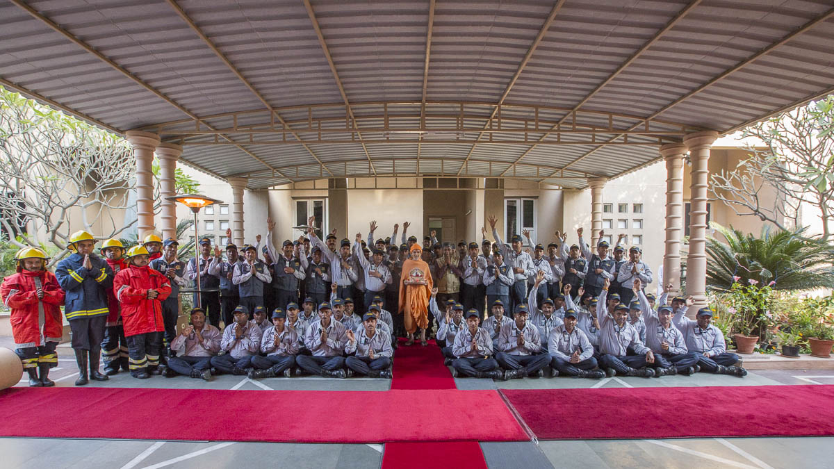 Volunteers with Param Pujya Mahant Swami Maharaj, 25 Feb 2017