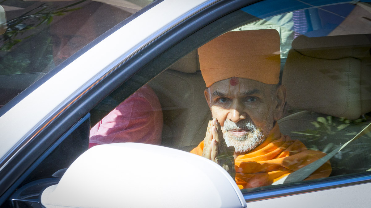 Param Pujya Mahant Swami Maharaj departs from Delhi, 25 Feb 2017