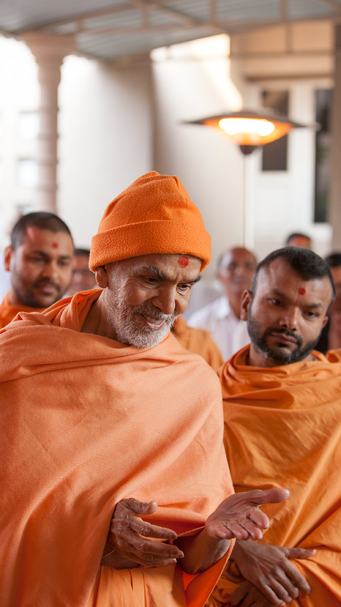 Param Pujya Mahant Swami Maharaj blesses youths, 2 March 2017