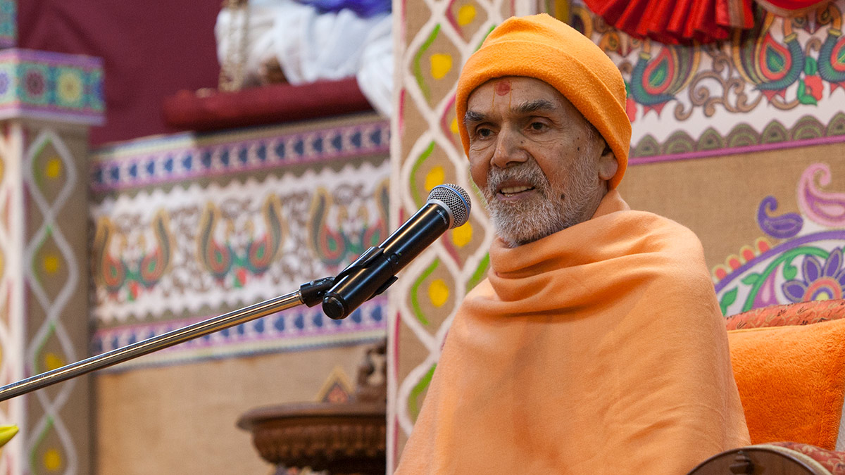 Param Pujya Mahant Swami Maharaj blesses the evening satsang assembly, 2 March 2017