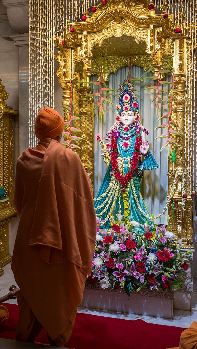 Param Pujya Mahant Swami Maharaj engrossed in darshan of Thakorji, 3 March 2017