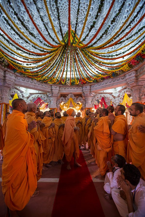 Param Pujya Mahant Swami Maharaj observes the flower decorations under the mandir dome, 3 March 2017
