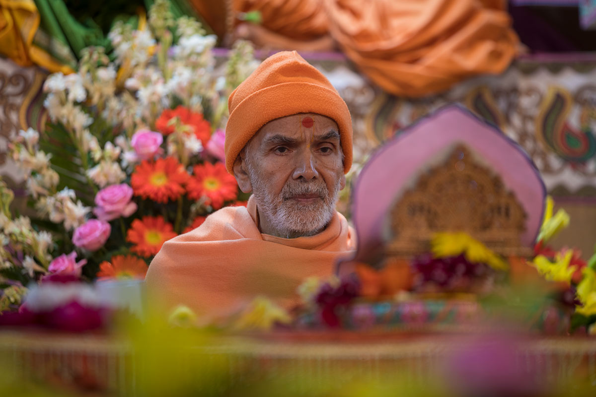 Param Pujya Mahant Swami Maharaj performs his morning puja, 3 March 2017