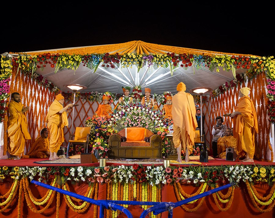 Param Pujya Mahant Swami Maharaj and senior sadhus perform evening arti, 3 March 2017