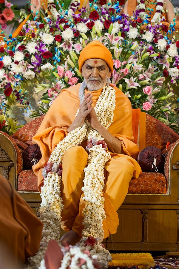 Param Pujya Mahant Swami Maharaj honored with a garland, 3 March 2017
