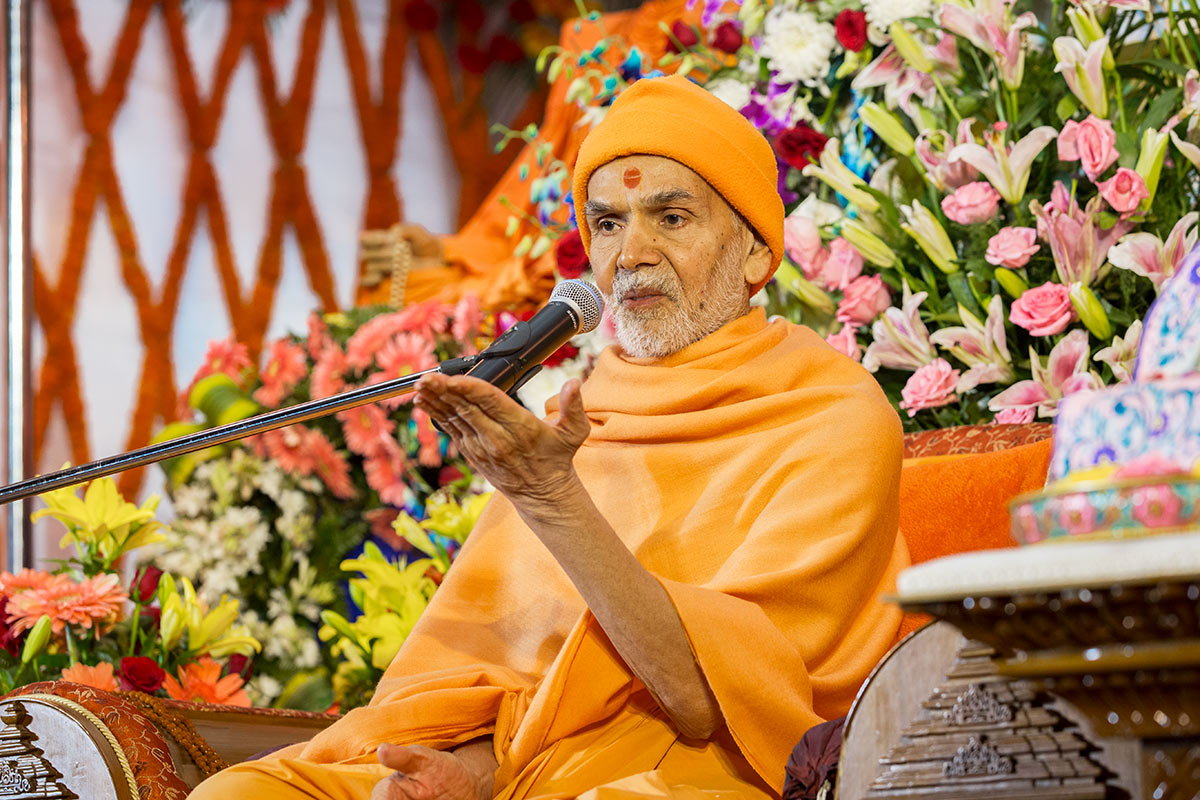 Param Pujya Mahant Swami Maharaj blesses the assembly, 3 March 2017