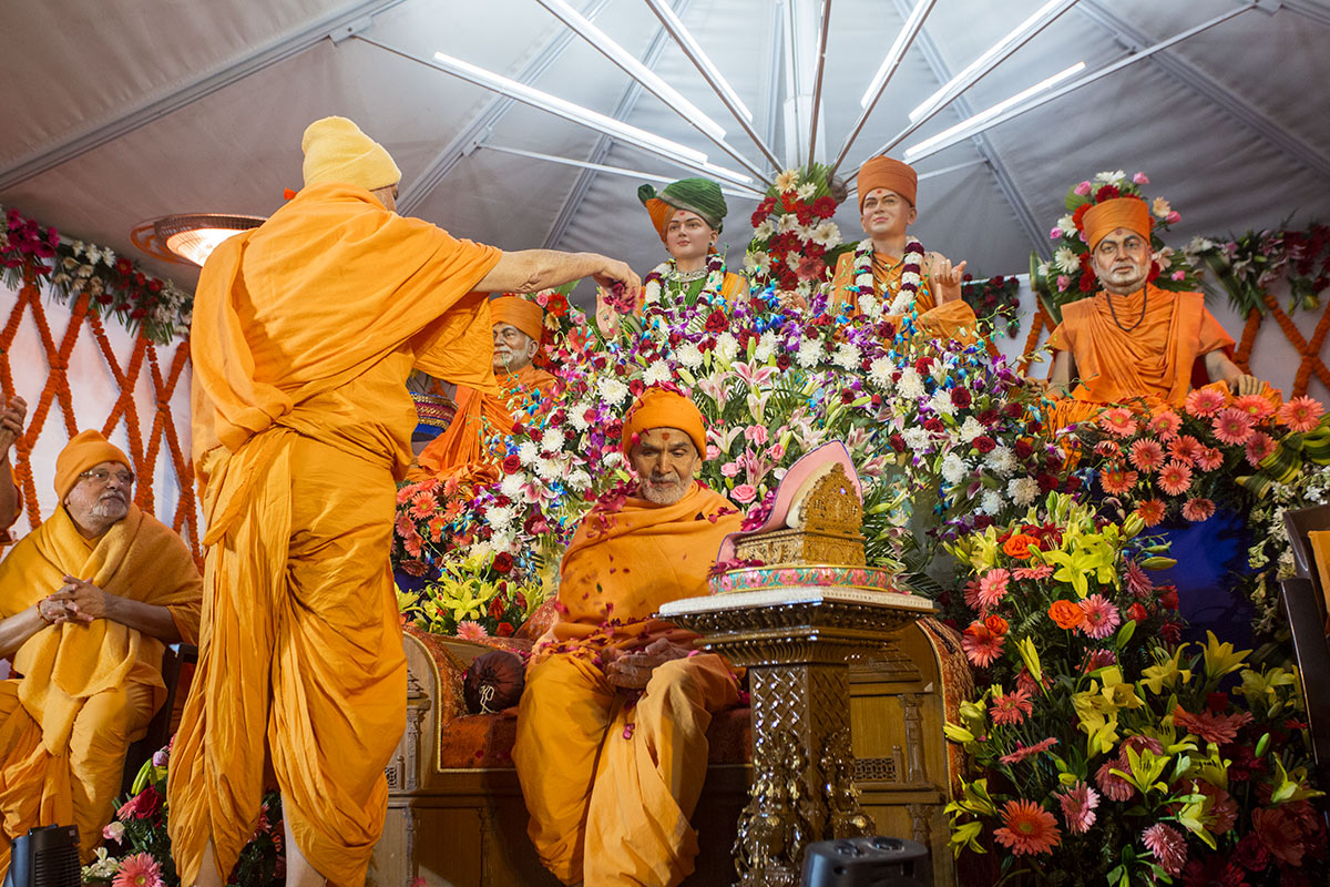 Pujya Viveksagar Swami showers flower petals on Param Pujya Mahant Swami Maharaj, 3 March 2017