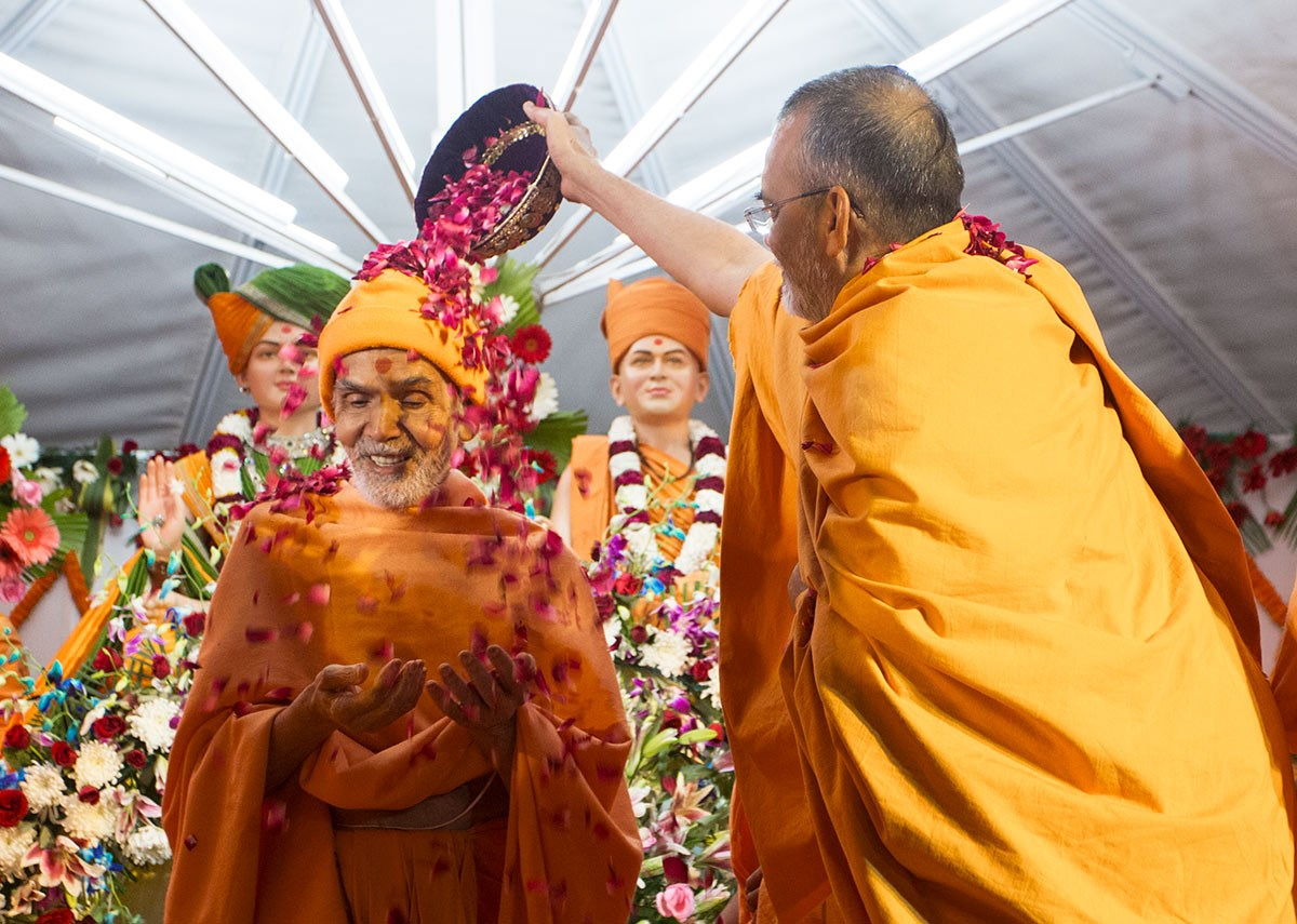 Narayanmuni Swami showers flower petals on Param Pujya Mahant Swami Maharaj, 3 March 2017