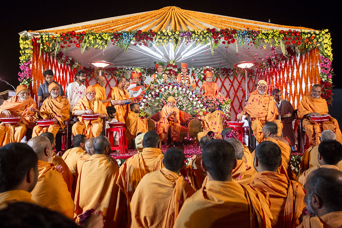 Param Pujya Mahant Swami Maharaj and senior sadhus shower flower petals on sadhus, 3 March 2017