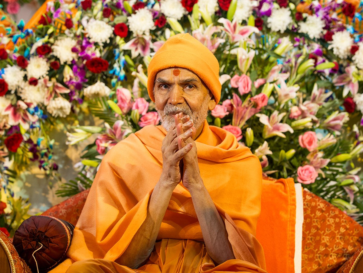 Param Pujya Mahant Swami Maharaj greets devotees with 'Jai Swaminarayan', 3 March 2017