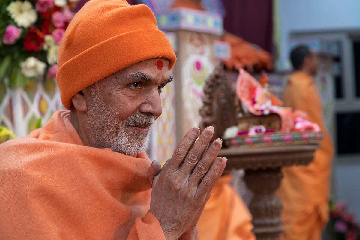 Param Pujya Mahant Swami Maharaj greets volunteers with 'Jai Swaminarayan', 4 March 2017