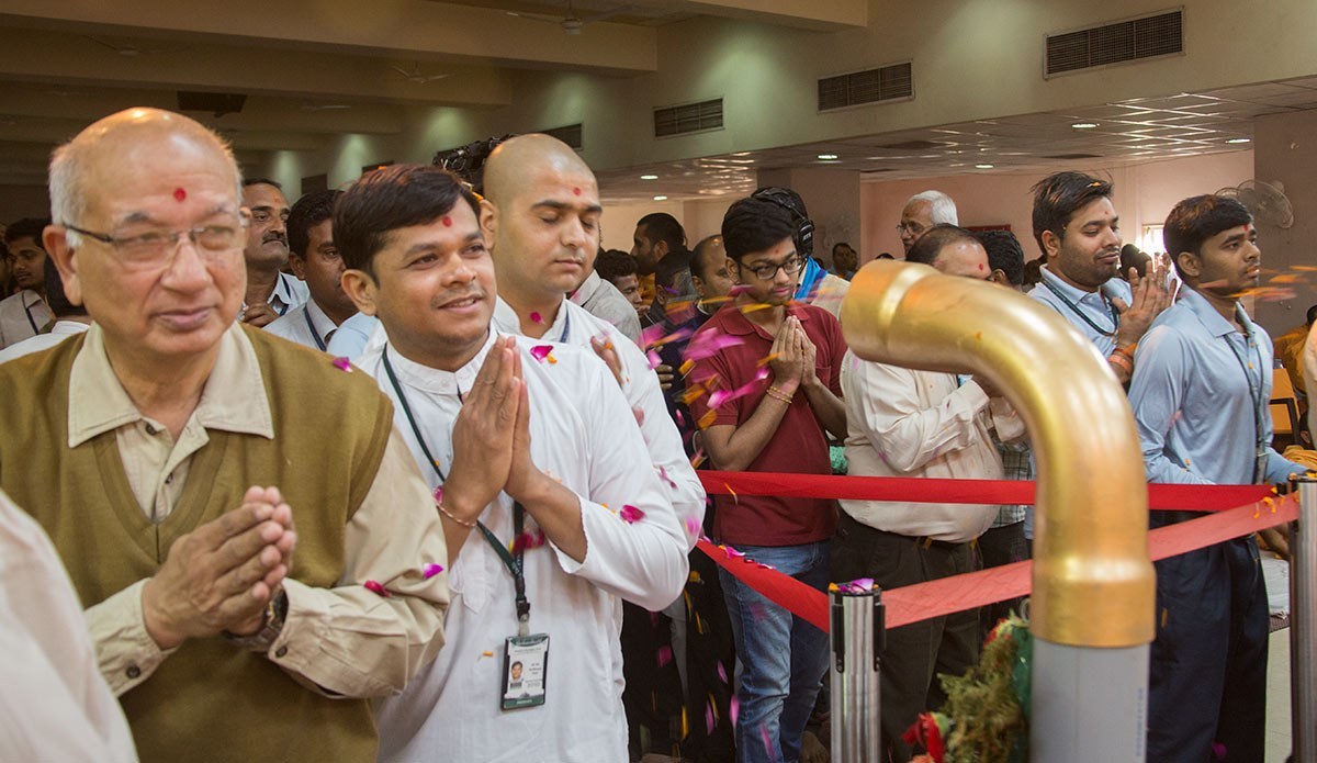 Volunteers doing darshan of Param Pujya Mahant Swami Maharaj, 4 March 2017