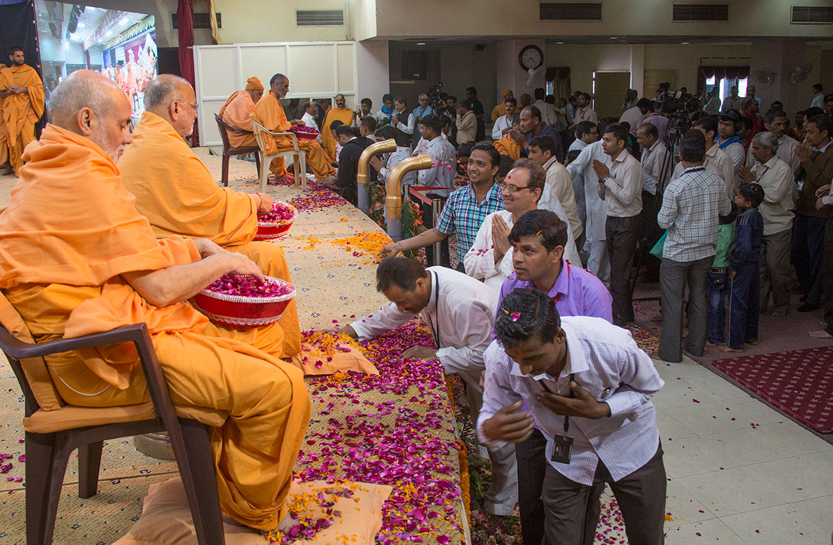 Senior sadhus bless volunteers by showering flower petals, 4 March 2017