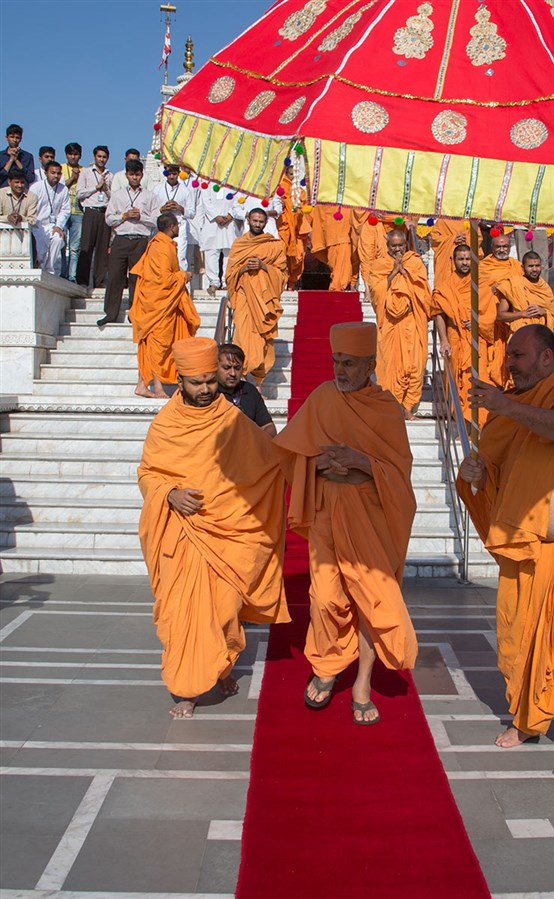 Param Pujya Mahant Swami Maharaj departs from Delhi, 4 March 2017