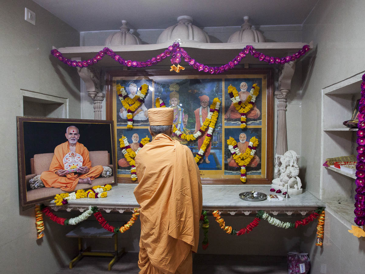 Param Pujya Mahant Swami Maharaj engrossed in darshan of Thakorji, 4 Mar 2017