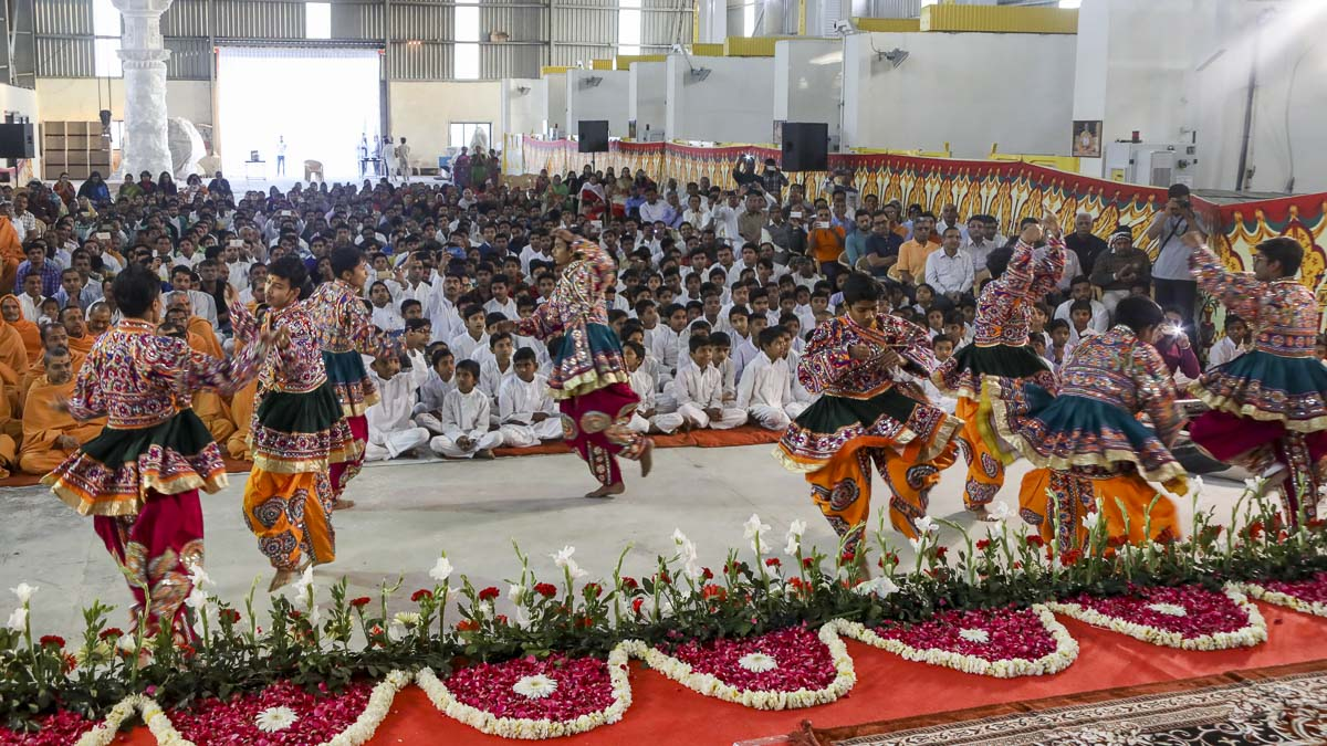 Youths perform a cultural dance before Param Pujya Mahant Swami Maharaj, 5 Mar 2017