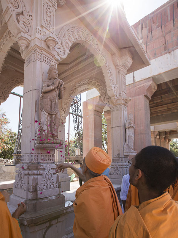 Param Pujya Mahant Swami Maharaj observes a section of the pradakshina, 5 Mar 2017