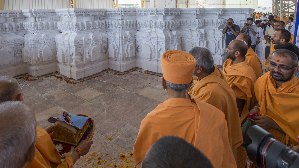 Param Pujya Mahant Swami Maharaj visits a workshop to observe the stonework for Akshardham in Robbinsville, 5 Mar 2017