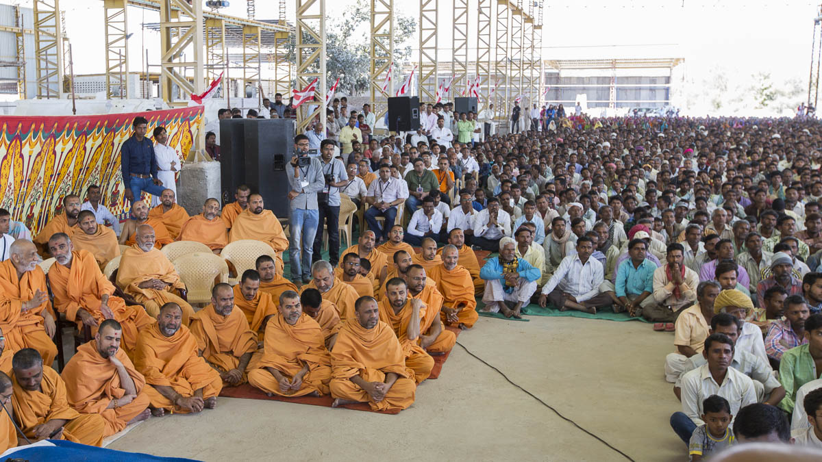 Sadhus and artisans during the assembly, 5 Mar 2017