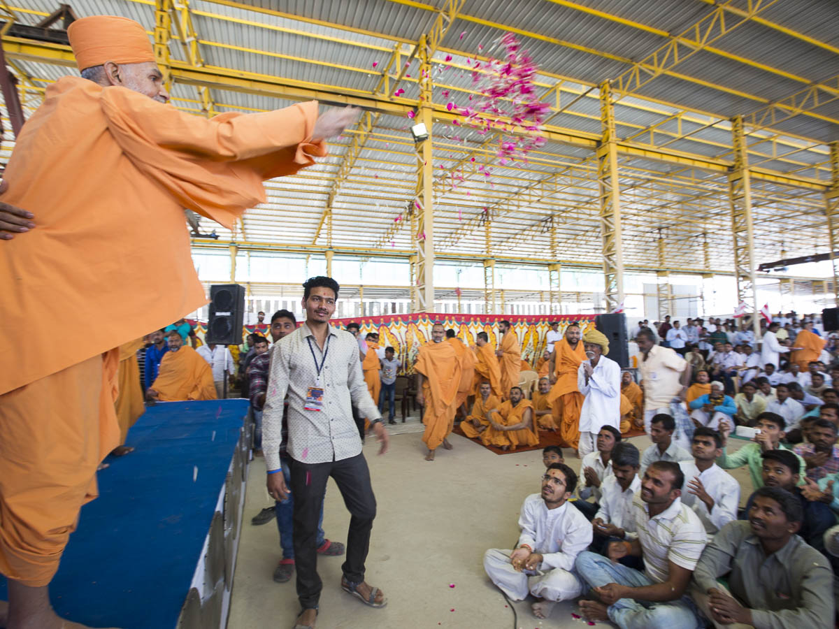 Param Pujya Mahant Swami Maharaj blesses the artisans by showering flower petals, 5 Mar 2017