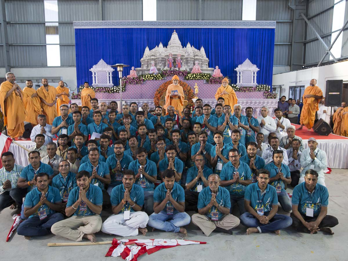 Volunteers with Param Pujya Mahant Swami Maharaj, 6 Mar 2017