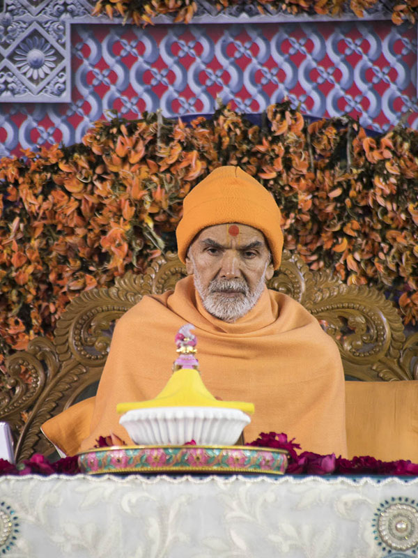 Param Pujya Mahant Swami Maharaj performs his morning puja, 7 Mar 2017
